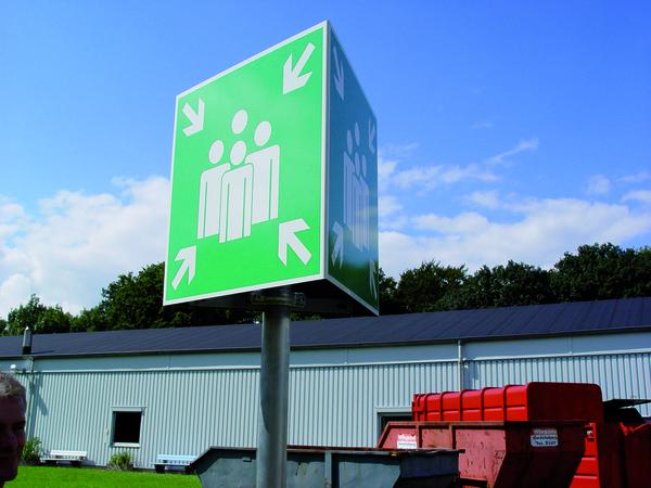 Rettungszeichen, Prismenschild mit Rohrpfosten Sammelstelle - DIN 4844